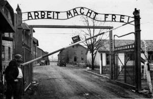 """L'ingresso del campo di Auschwitz con la famosa scritta """"Il lavoro rende liberi"""""""