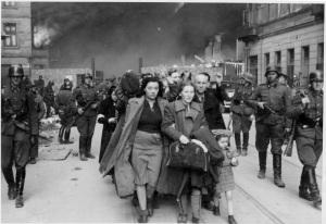 Ebrei polacchi catturati dai tedeschi a Varsavia nel 1943 ed avviati alla deportazione nei Lager.